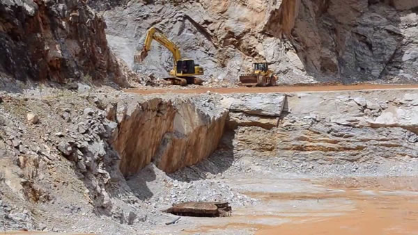 Desmonte de rocha com água