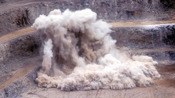 Desmonte de rocha com explosivos